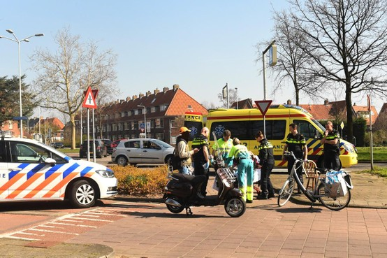 Fietsster gewond bij aanrijding met scooter in Leiden