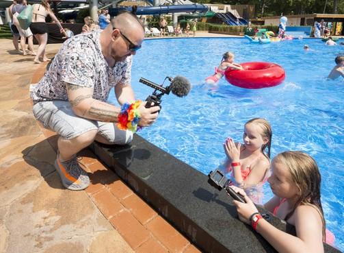 Influencers nemen een duik in vernieuwd Tikibad