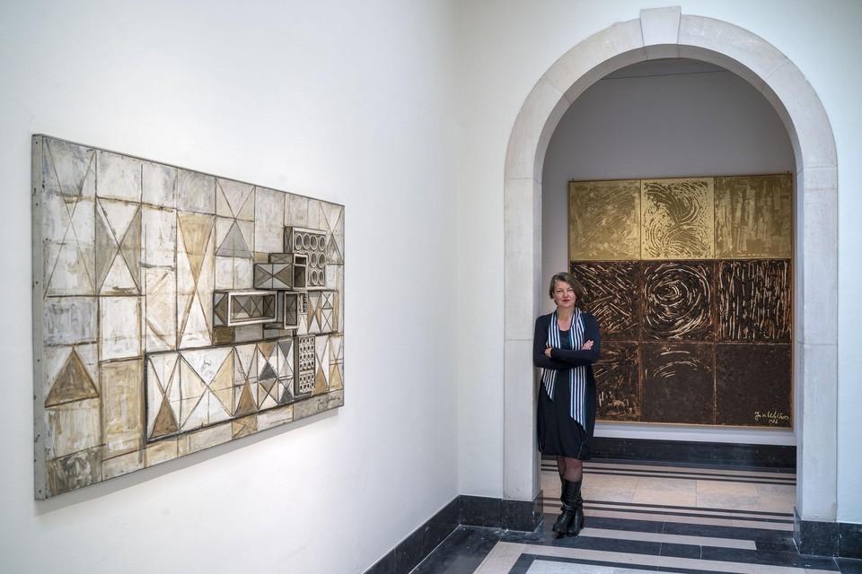 Meta Knol, directeur van Museum De Lakenhal, bij twee kunstwerken van Jan Wolkers.