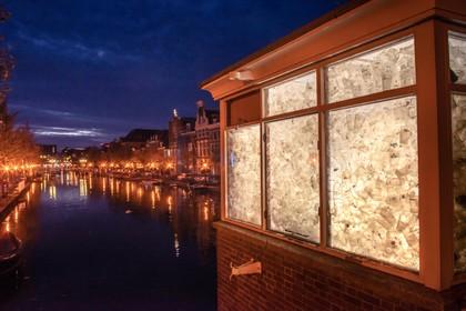 8000 wegwerpbekers in lichtsculptuur op de Marebrug