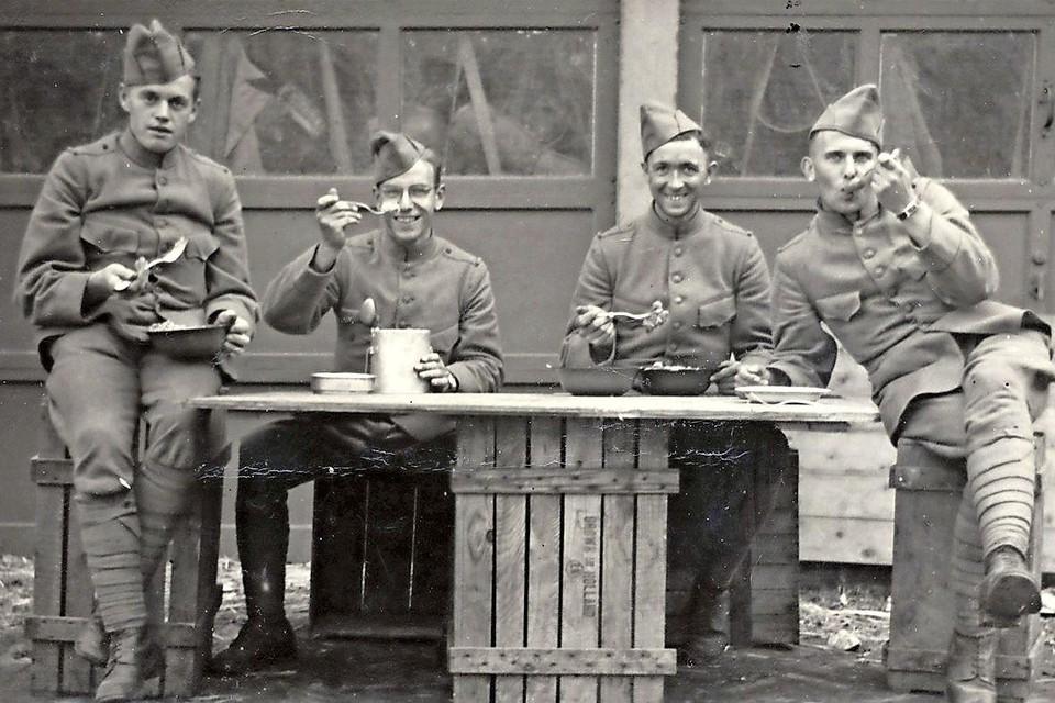 Nederlandse infanteristen bij de bollenschuur van J.A. van der Voort aan de Hoofdstraat tijdens de mobilisatie.