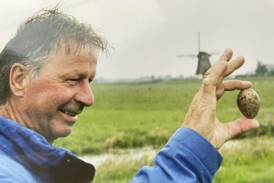Peter Akerboom met een kievitsei dat hij jaren terug vond.