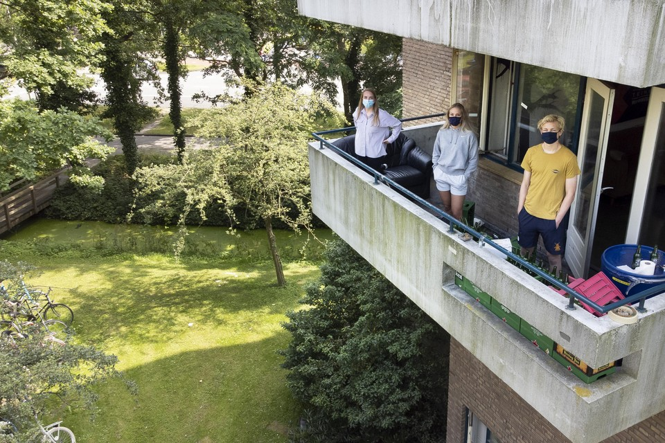 Marlou Vervaeke, Geraldine van Essen en Huub Leinarts op hun balkon aan het Flanorpad.