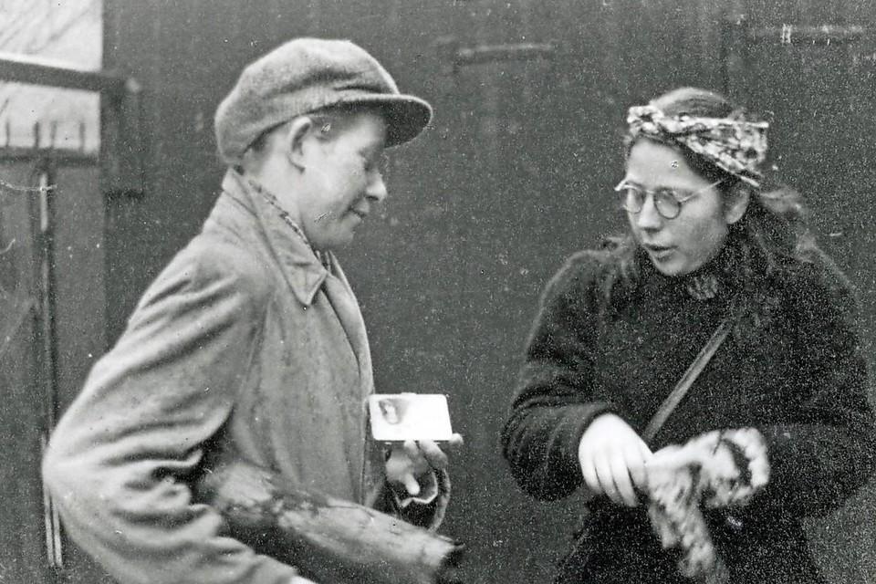 Erik Somers: 'Een dappere foto' van Truus Oversteegen, verkleed als man, en Hannie Schaft voor het uitvoeren van een verzetsmissie.