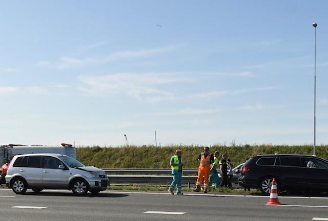 Lange file door ongeluk met drie voertuigen op A4 bij Leiden