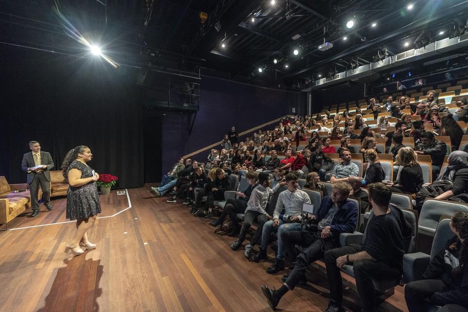Vmbo-leerlingen treden op in Theater Ins Blau in Leiden.