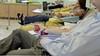 Houdt plasma met antistoffen oudere met corona uit het ziekenhuis? 'We hopen dat de ziekte minder ernstig verloopt', zegt professor Jaap Jan Zwaginga