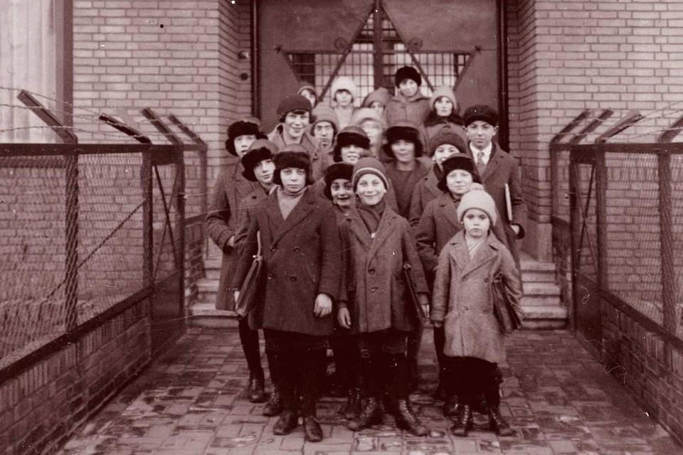 Een winterdag in 1929: Voor het naar school gaan poseren 19 kinderen uit het Joods Weeshuis aan de Roodenburgerstraatin Leiden voor de fotograaf.