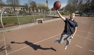 Marijn Ververs was aan een goed basketbalseizoen bezig en werkt nu in een zorgtehuis