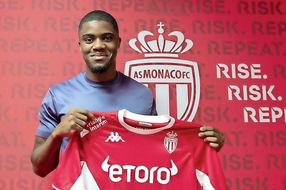 Myron Boadu met het shirt van zijn nieuwe club: AS Monaco.