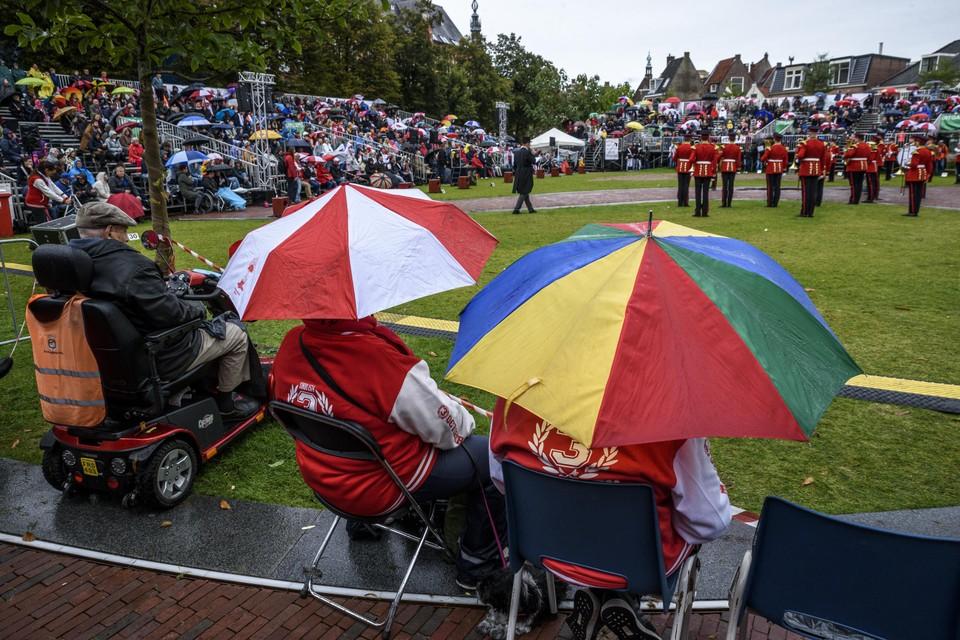 Het voorprogramma is vanwege de regen geschrapt maar toch komen trouwe fans kijken naar de pleintaptoe.
