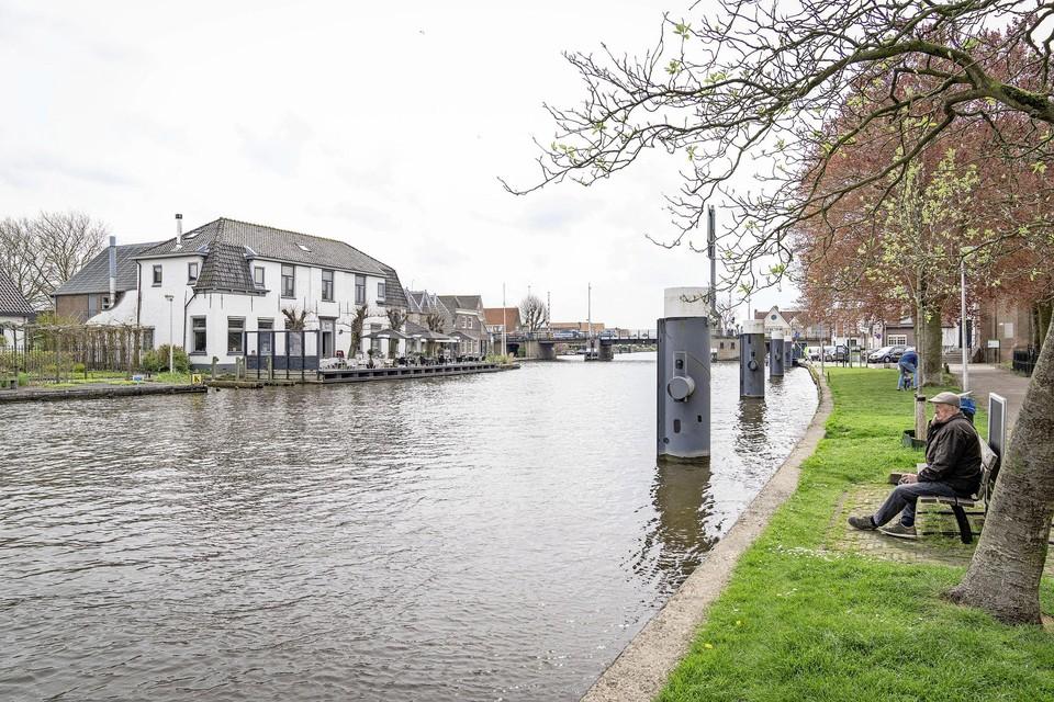Het oude raadshuis van Woubrugge, met daarin restaurant 't Oude Raadhuys, gezien vanaf de overkant van de Woudwetering.