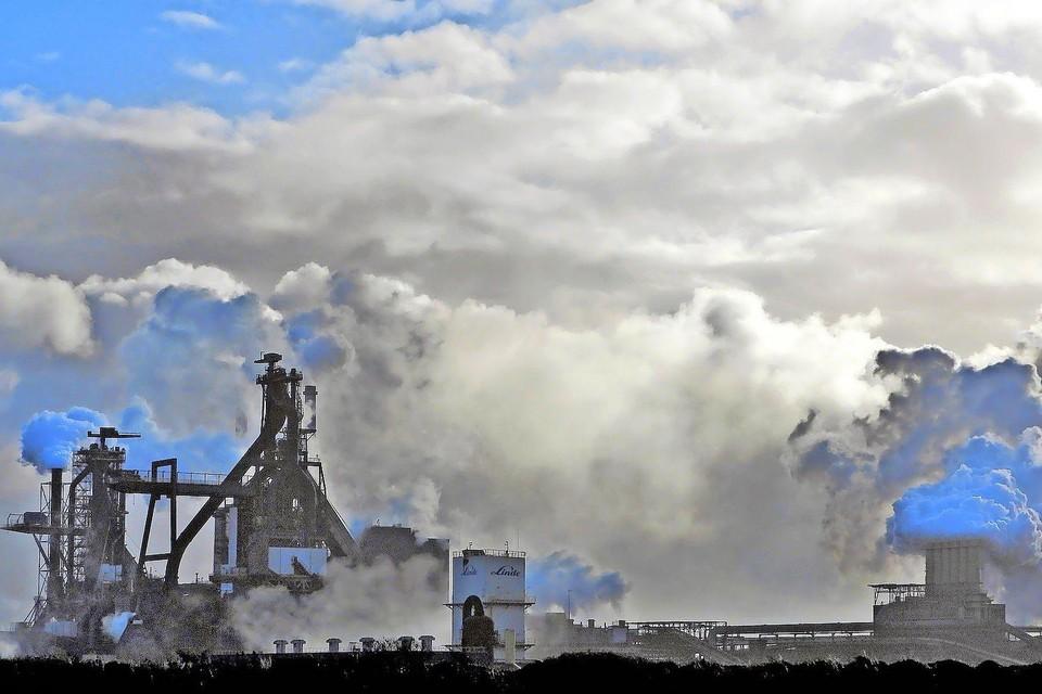 Zicht op de staalfabriek van Tata Steel in de IJmond.