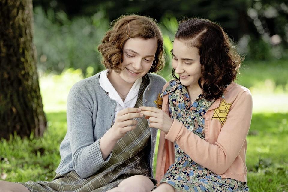 Anne Frank (Aiko Mila Beemsterboer, r.) en haar vriendin Hannah (Josephine Arendsen).