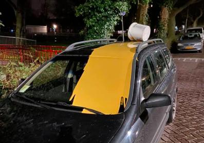 Emmer primer leeg gegoten over auto aan Telderskade