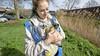 Linda uit Zoeterwoude is eendenfluisteraar: 'Ze zijn mijn natuurlijke therapie'