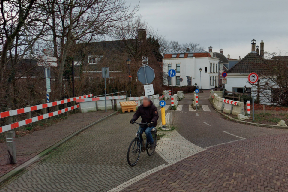 De duikerbrug in Oegstgeest is al twee en een half jaar afgesloten voor autoverkeer.