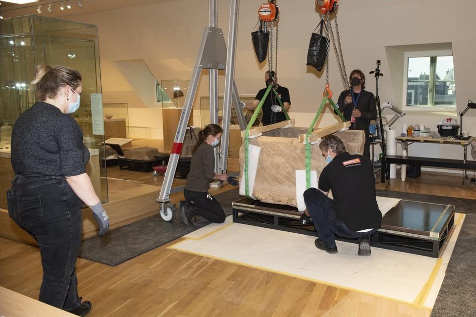 De - helft van - de sarcofaag van Simpelveld wordt op zijn nieuwe onderstel getakeld.