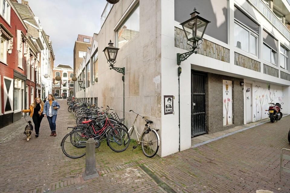 Dat het stadsbestuur een restaurant wil toestaan in het voormalige, witte bankgebouw aan de Langebrug, zit buurtbewoners nog steeds dwars.