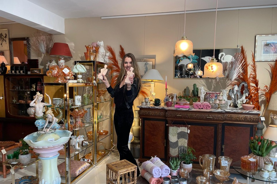 Kalinda Ravensberg in haar winkel, met links de zeemeerminnenfontein.