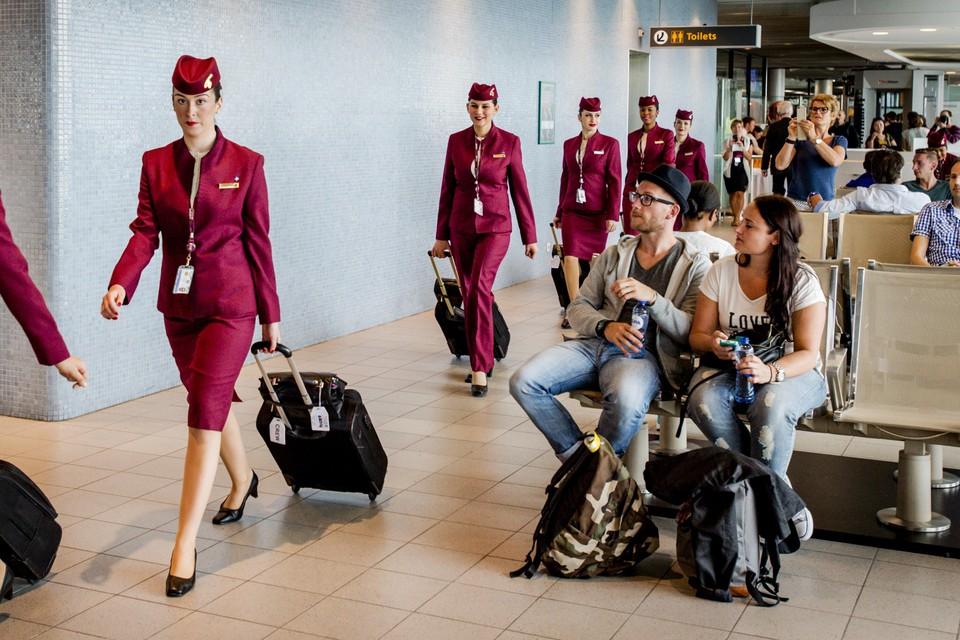 Qatar Airways legt allerlei kledingvoorschriften op aan stewardessen.