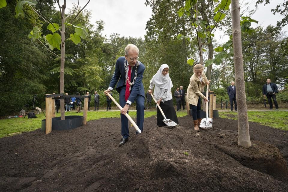 Kinderen van de Indonesische school en de Herenwegschool in Wassenaar plantten woensdagmiddag drie vrijheidsbomen.