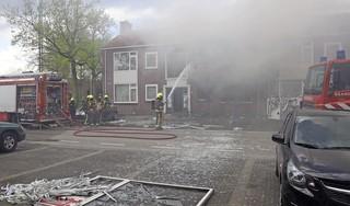 Explosie in woning in Sassenheim, meerdere woningen beschadigd, brand laait 's avonds opnieuw op [update] [video]