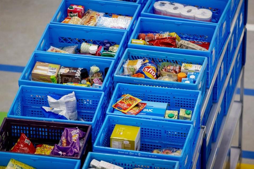Kratten met boodschappen staan klaar bij een supermarkt.