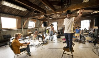 Leids muziektheatercollectief wekt spookstad Bodie weer tot leven: is de mens een lonesome cowboy of een kuddedier?