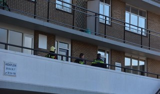 Flat aan Aidaplein in Alphen ontruimd na explosie vuurwerkbom, één persoon zwaargewond [update, video]