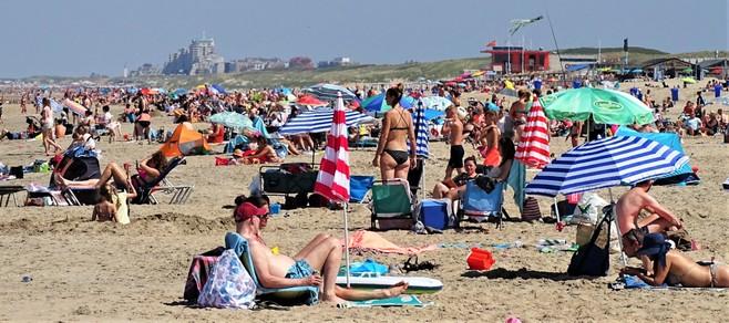 Coronaproof zonnen op het strand van Katwijk en Noordwijk