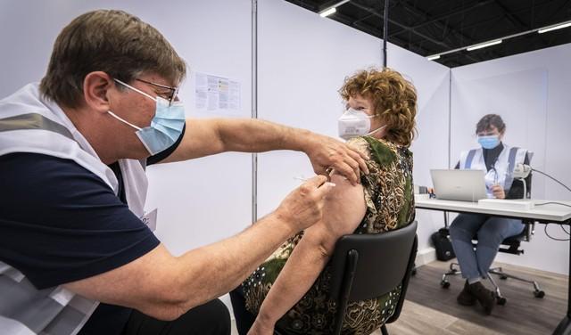 Duizenden verpleeghuismedewerkers kunnen zich nu laten vaccineren in Leidse Holiday Inn. 'Het voelt als mijn plicht. Ik zag hoe razendsnel bewoners kunnen overlijden'