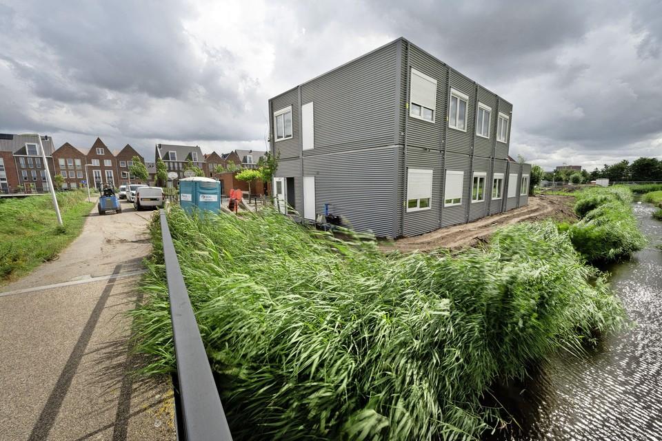 De drie noodlokalen staan klaar aan de achterkant van openbare basisschool De Dubbelburg in de Valkenburgse wijk 't Duyfrak.