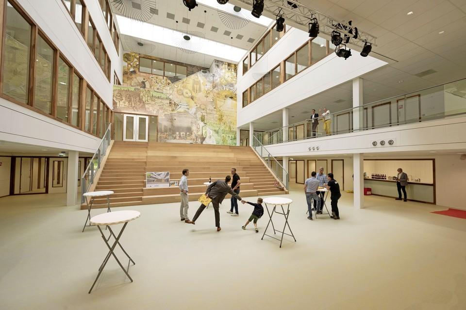 De aula van het nieuwe Leonardo College is opgeluisterd met een parodie op het fresco van Het Laatste Avondmaal van Leonardo da Vinci,