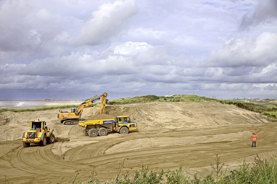 Negen jaar geleden stond Rijnland toe dat bij Bloemendaal een deel van de eerste duinenrij werd weggegraven. De komende jaren wil het hoogheemraadschap zelf gaan graven bij Wassenaar en Zandvoort.