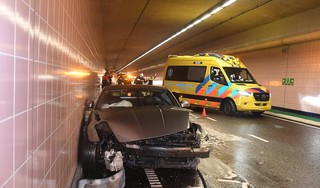 Automobilist crasht hard tegen tunnelwand in Leiden