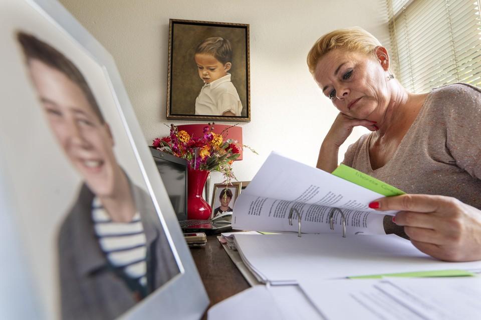 Thuis in Katwijk zet Joyce Bergman zich '24/7' in voor haar broer die in Libanon gevangen zit. Op de voorgrond een foto Menno in zijn tienerjaren.