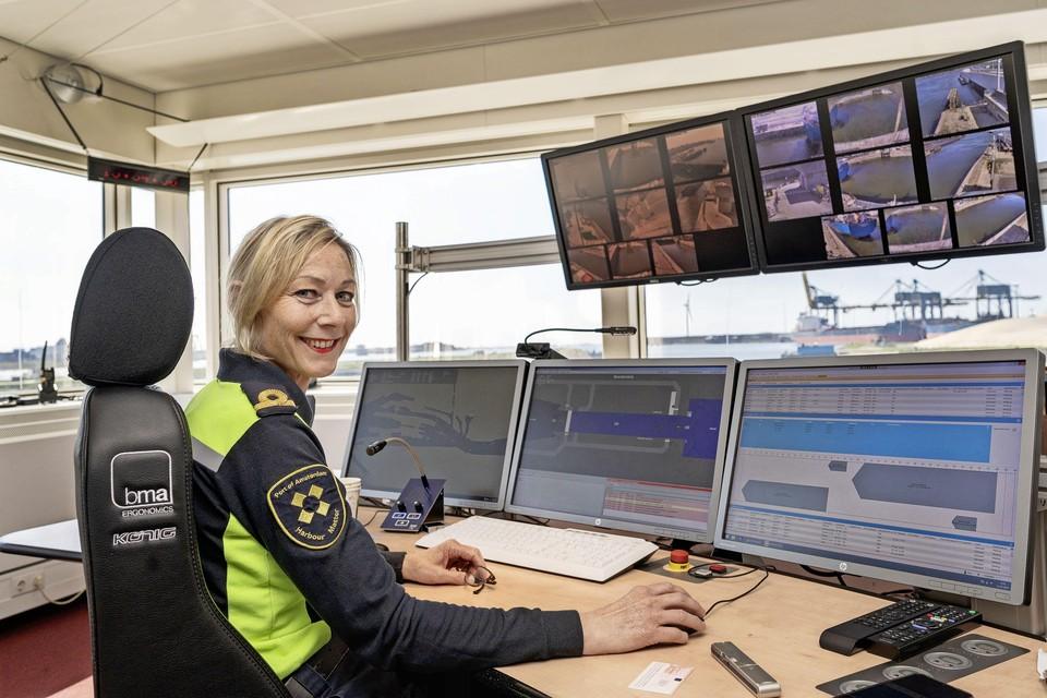 Annelies Fritz bedient de Noordersluis in IJmuiden.