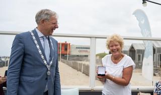 Katwijkse erepenning voor gepensioneerde schooldirecteur Blondi van der Woude