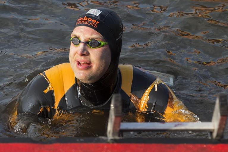 Maarten van der Weijden voltooit Elfstedenzwemtocht, ruim 3,9 miljoen voor kankeronderzoek [video]
