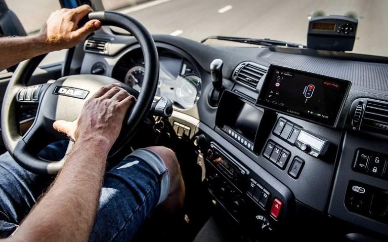 Alphense vrachtwagenchauffeur duwt auto tegen vangrail om bestuurster te redden