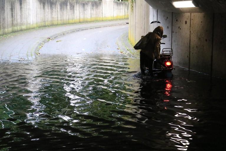 Tunnel Rietpad Voorhout ondergelopen door zware regenval, fietsers halen nat pak