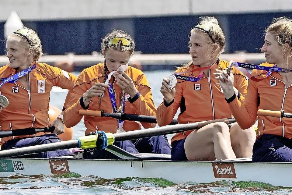 Ellen Hogerwerf, Karolien Florijn, Ymkje Clevering en Veronique Meester (vlnr) tonen hun zilveren medaille.