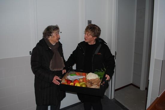 Mand groente en fruit voor bewoners nieuwe sociale huurwoningen in Rijnsburgse wijk De Horn