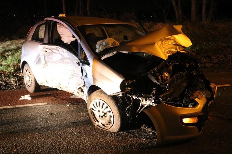 Gewonde en aanhouding bij crash tegen bomen in Lisse; derde persoon op de vlucht