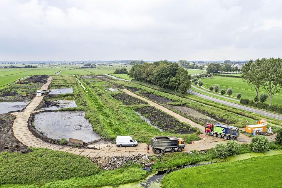 De baggerstort langs de N446 in Hoogmade moet dicht van B en W van Kaag en Braassem.