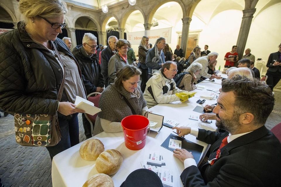 Inschrijven voor haring en wittebrood en de hutspotmaaltijd tijdens Leidens Ontzet gebeurt niet in de Waag, zoals hier bij commissaris Casper Faassen, maar online.