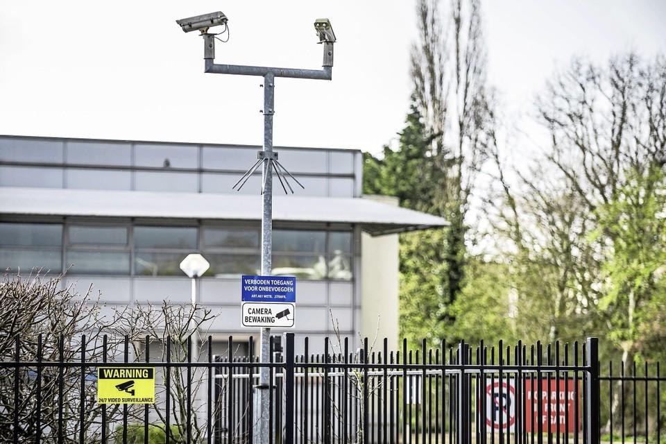 Beveiligingscamera's bij het datacentrum op een bedrijventerrein in Wormer.