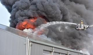 Miljoenen aan schade door zeer grote brand in Hazerswoude-Dorp, N209 weer open [video & update]