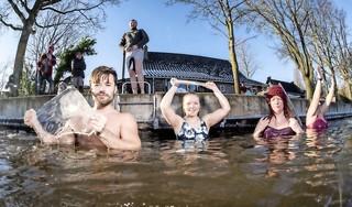 Baden bij -8 in de Oude Rijn bij Hazerswoude: 'Nooit gedacht dat ik dit kon' [video]